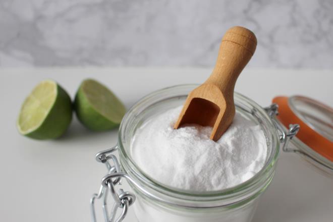 Bicarbonato di sodio in vasetto e limone