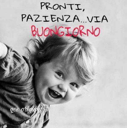 Immagine di un bambino che ride con frase Pronti pazienza...via. Buongiorno!