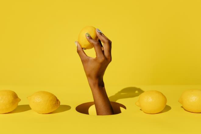 Foto artistica con limoni e mano