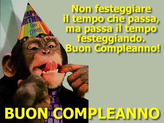 Una scimmia che fa le linguacce - Immagini di buon compleanno, le più simpatiche da scaricare gratis