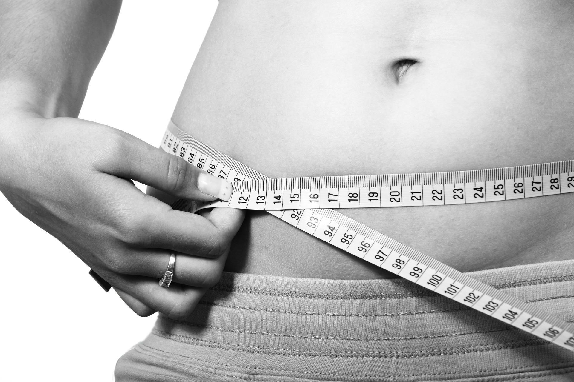 Ragazza che misura il peso