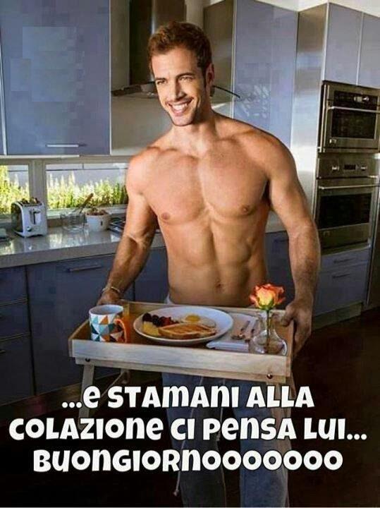 Un ragazzo a torso nudo che prepara la colazione - Immagini sexy per il buongiorno, buon compleanno, buonanotte e buona domenica