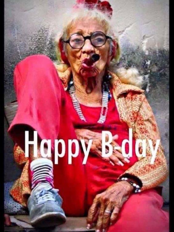 Una vecchia che fuma un sigaro - Immagini di buon compleanno, le più simpatiche da scaricare gratis