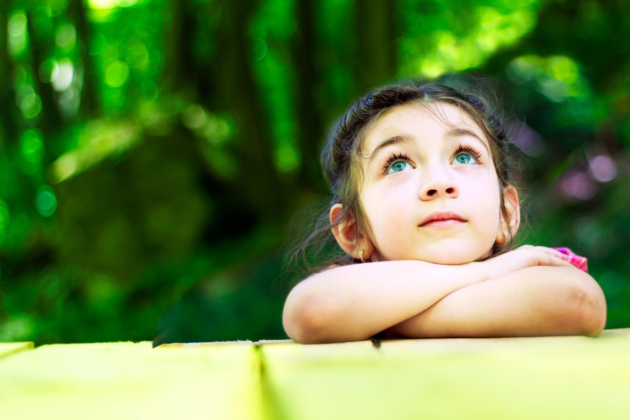 Primo piano di bambina pensierosa