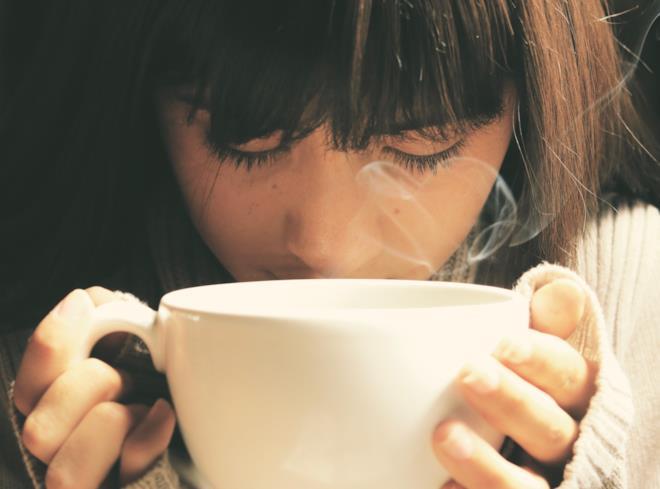 Ragazza che beve tisana drenante