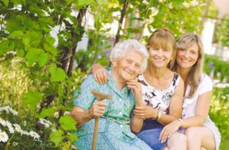 Tre donne di fianco: nonna, mamma e figlia - Immagini per la Festa della Donna
