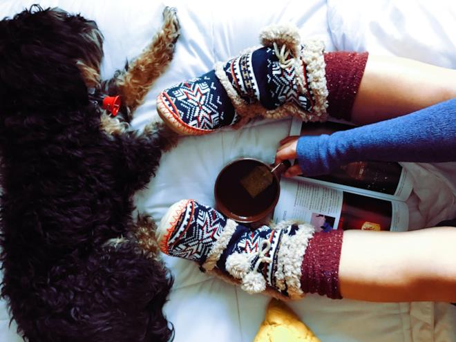 Ragazza con calzini pesanti che beve una tisana