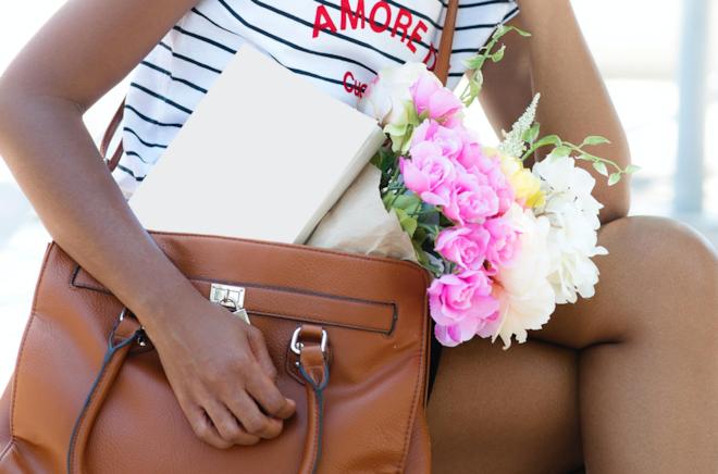 Un libro in una borsa marrone