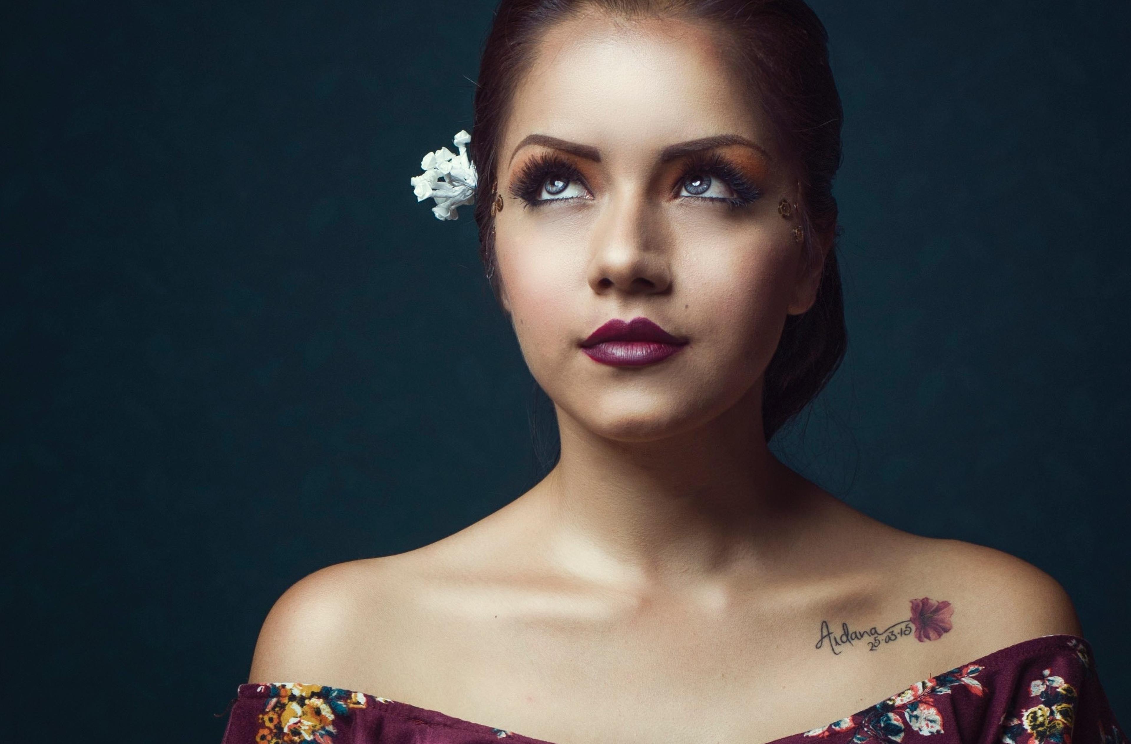 Donna con tatuaggio sulla spalla