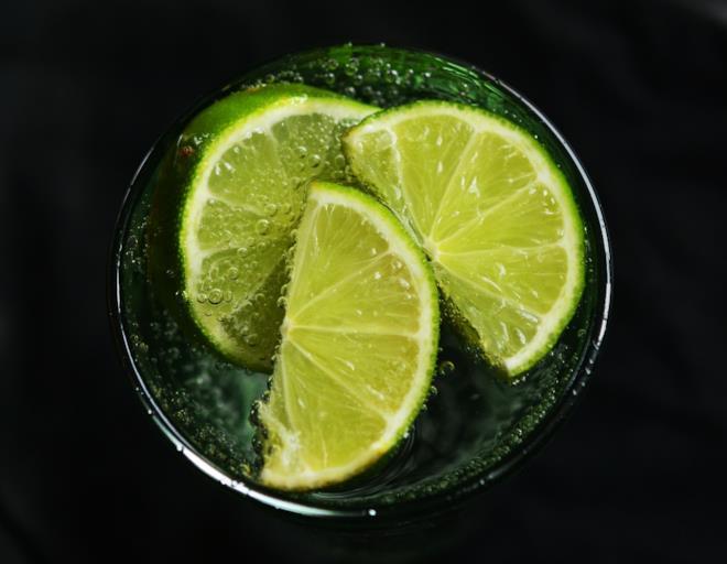 Bicchiere con acqua e limone