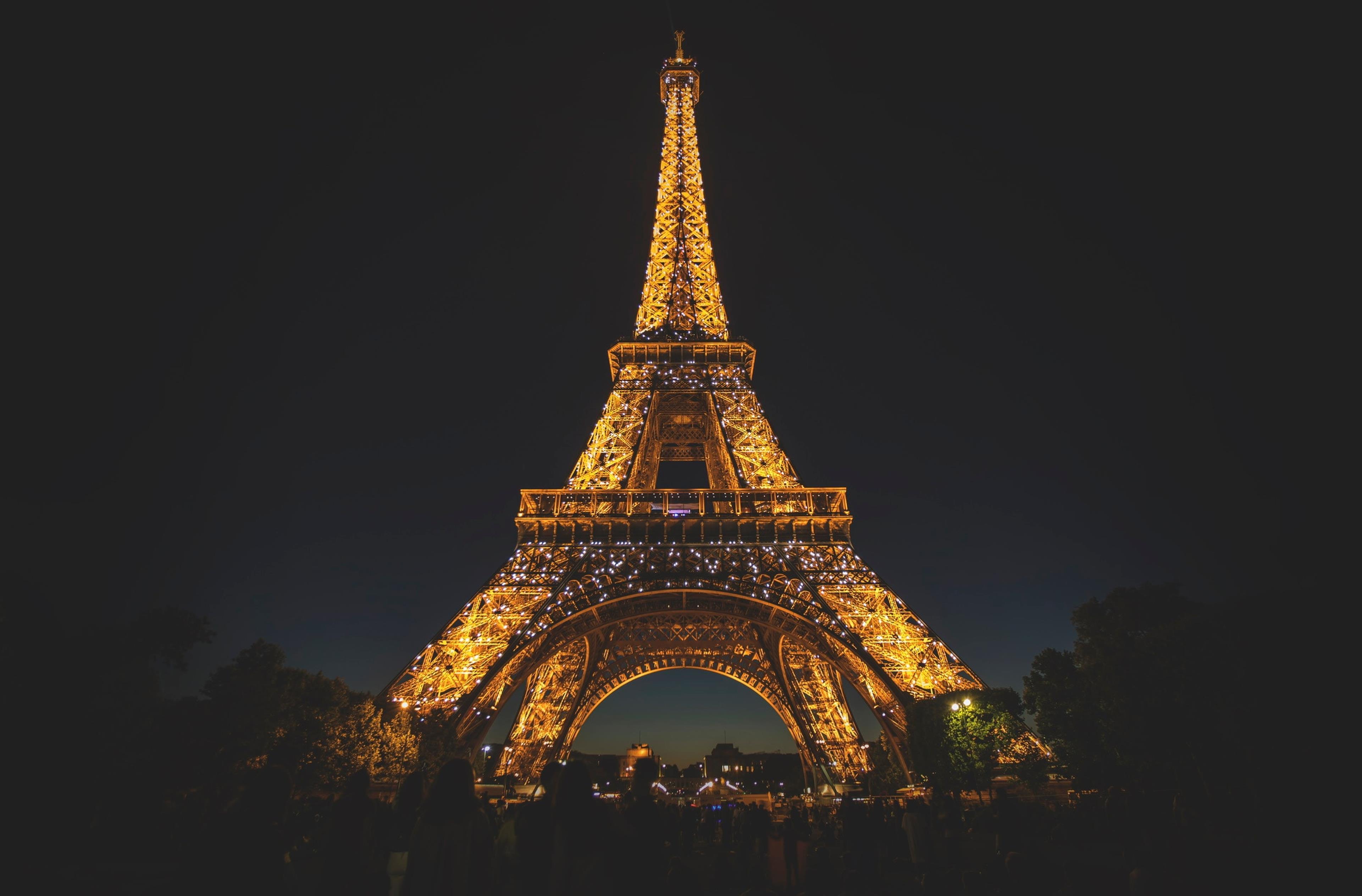 La Tour Eiffel di Parigi illuminata di notte