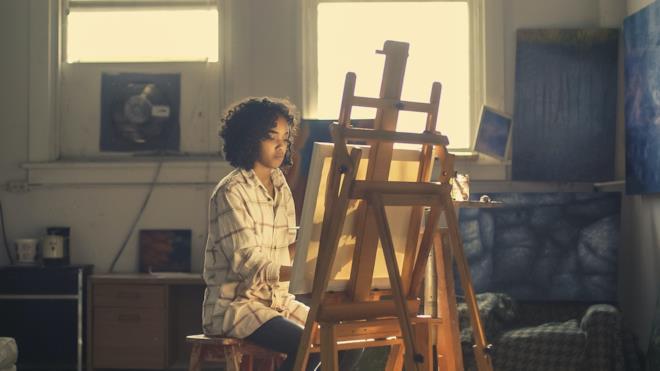Donna che ha passione per la pittura
