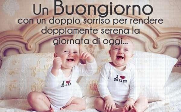 Immagine di bebè che sorridono con frase del Buongiorno