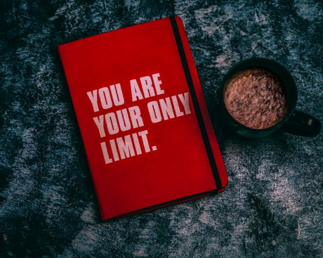 """Quaderno rosso con scritta """"You are your only limit"""""""