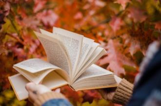 Ragazza tiene in mano un libro