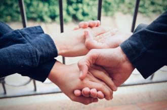 Persone si tengono la mano