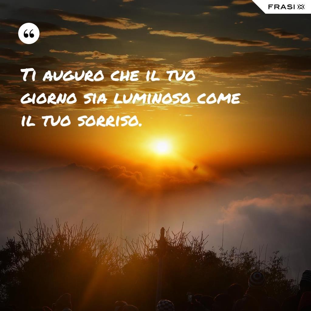 Immagine con alba e frase Ti auguro che il tuo giorno sia luminoso come il tuo sorriso.