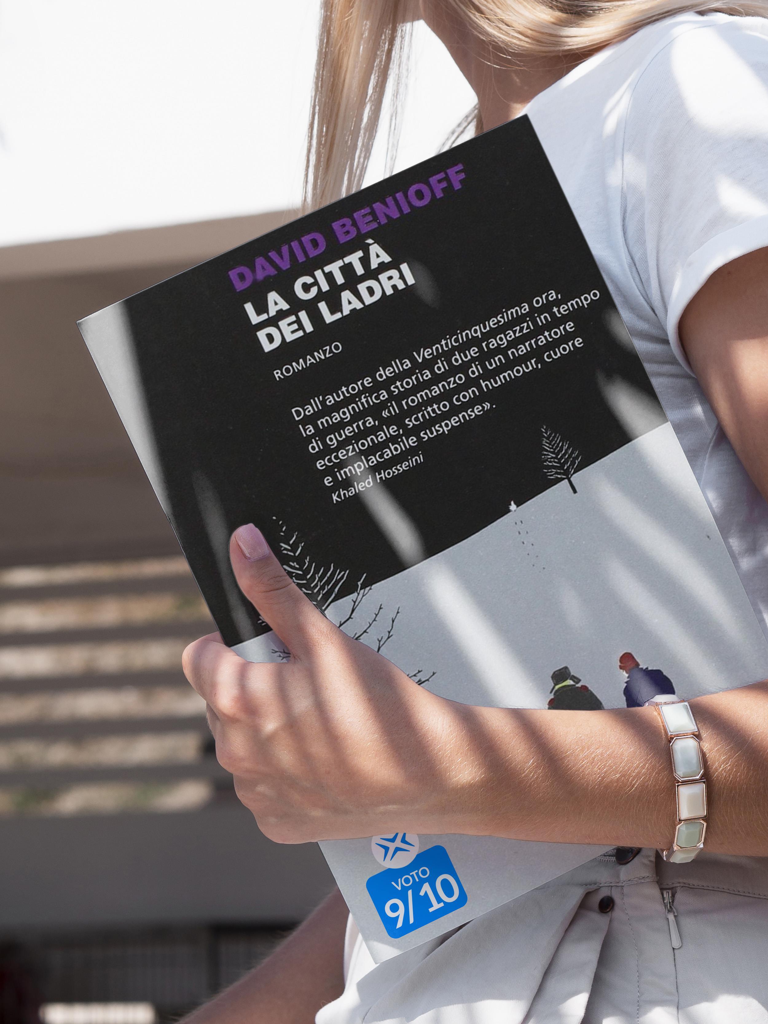 Ragazza tiene in mano il libro La città dei ladri