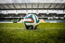 Pallone da calcio in uno stadio