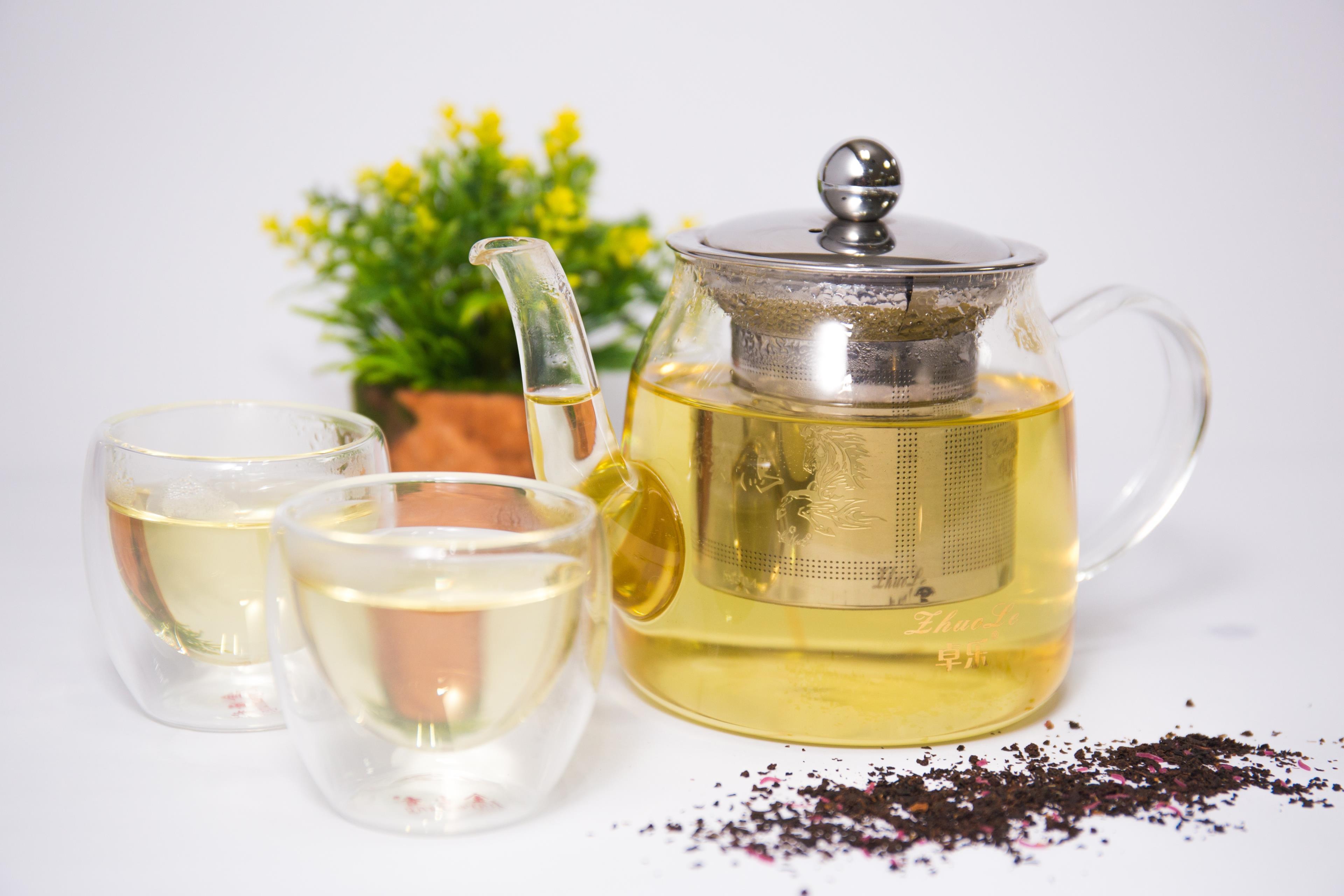 Tè bianco in tazza e caraffa
