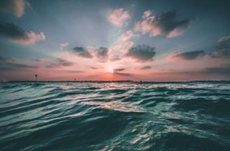 Mare alla luce del tramonto
