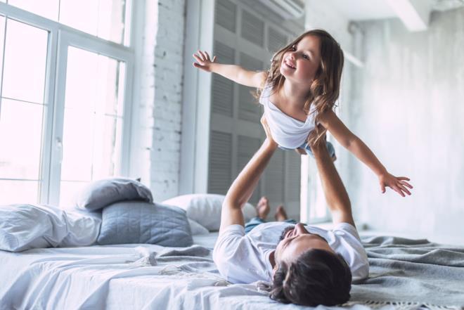 Bambina gioca con il padre