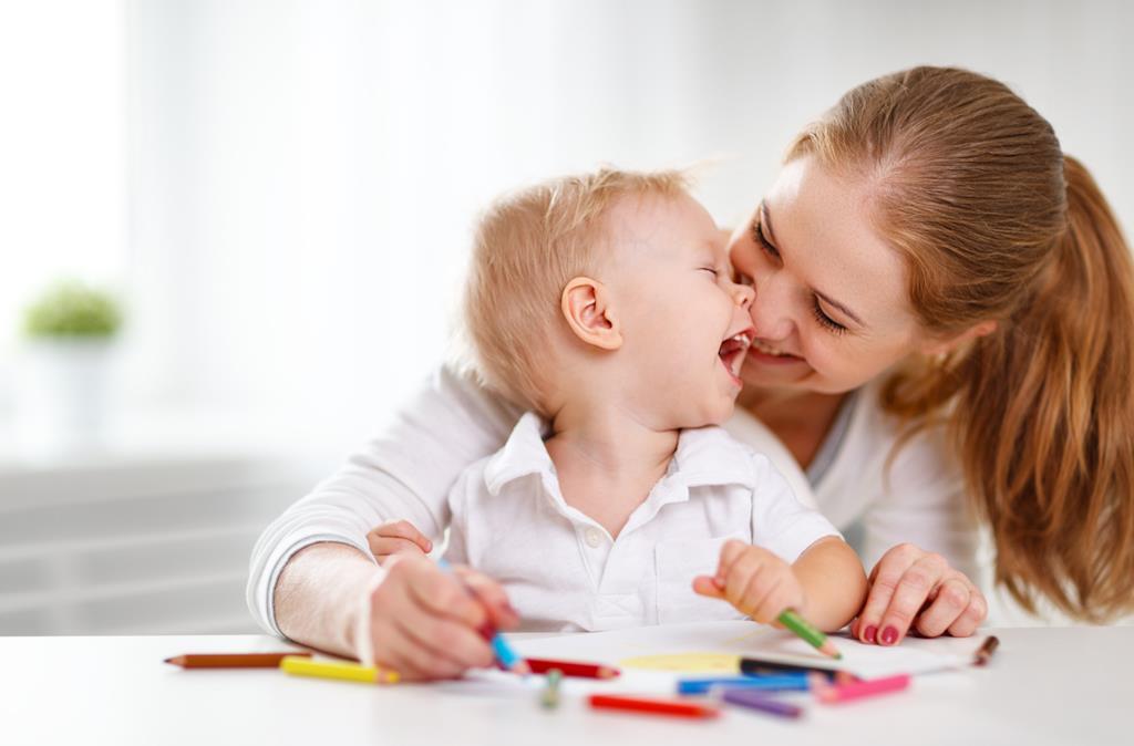 Madre e figlio si divertono a disegnare