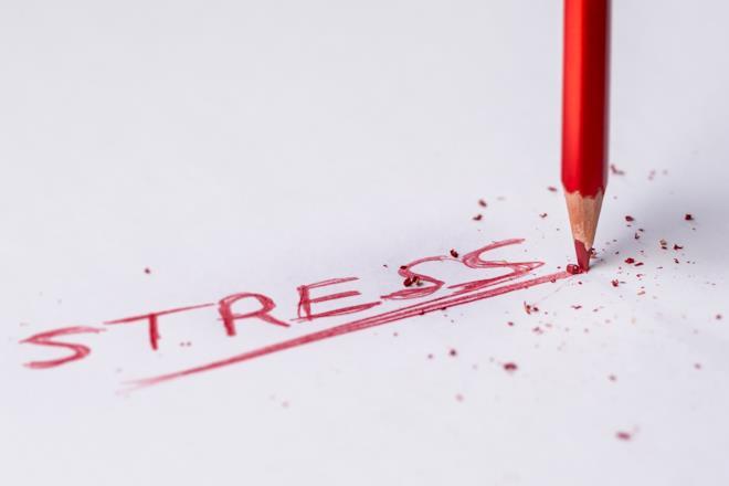 Matita rosso e scritta stress