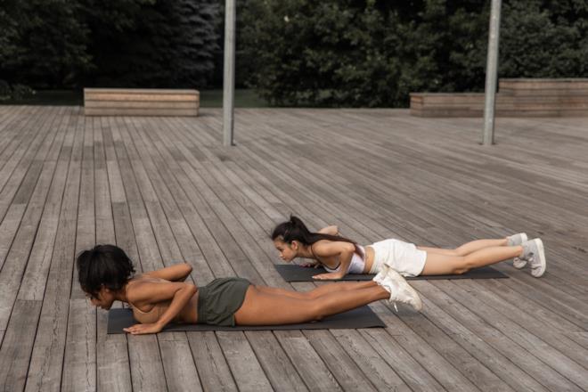 Ragazze che fanno yoga in posizione Chaturanga dandasana