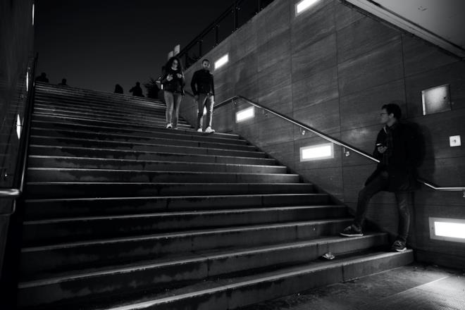 Ragazzo che osserva una coppia scendere dalle scale