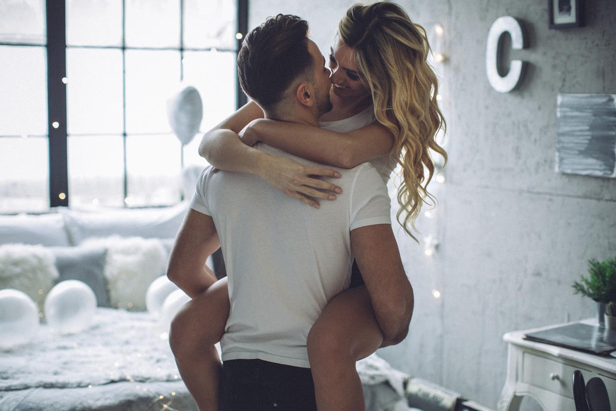 Coppia si abbraccia