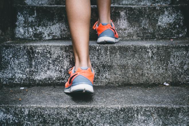 Persona che sale i gradini con scarpe da corsa