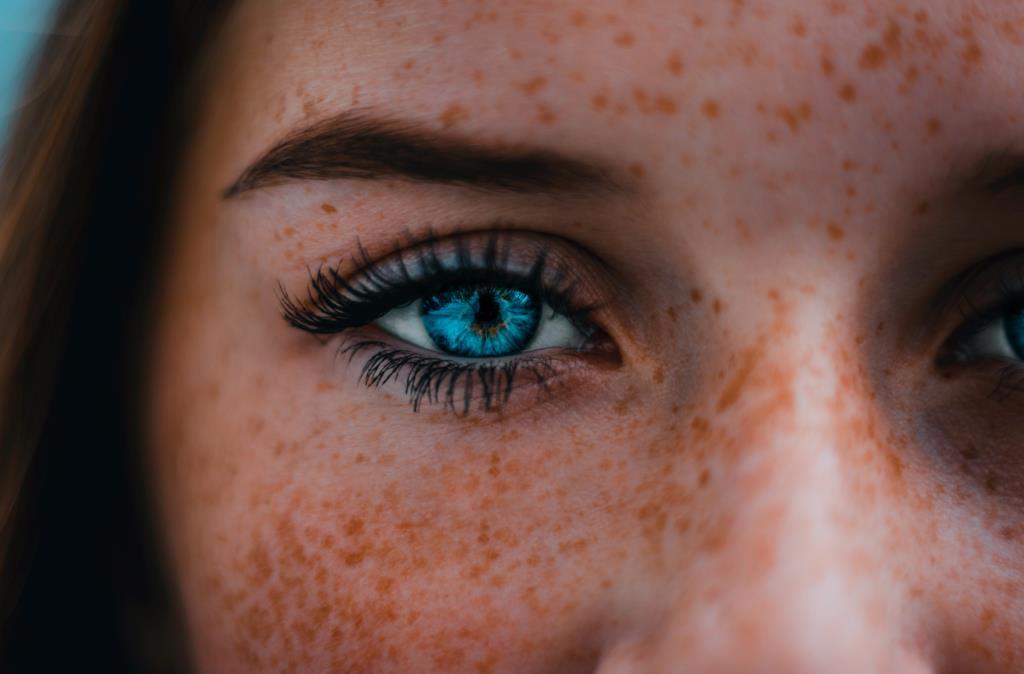 Primo piano di un occhio azzurro di una donna