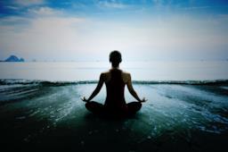 Persona intenta a meditare