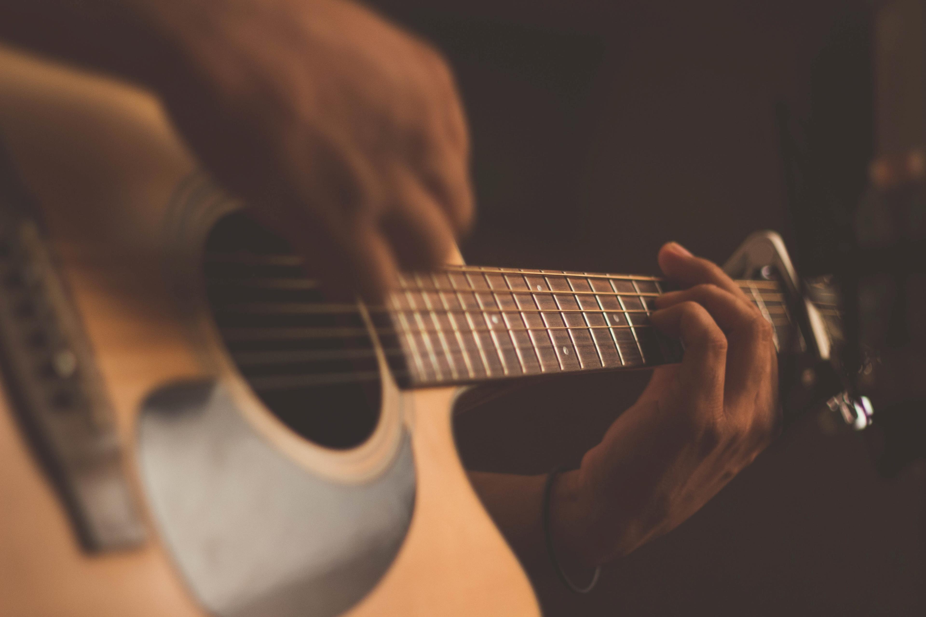 Uomo suona la chitarra