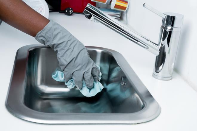 Pulizia del lavello in cucina