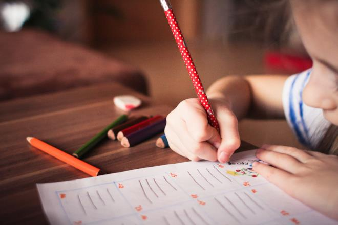 Bimba fa i compiti