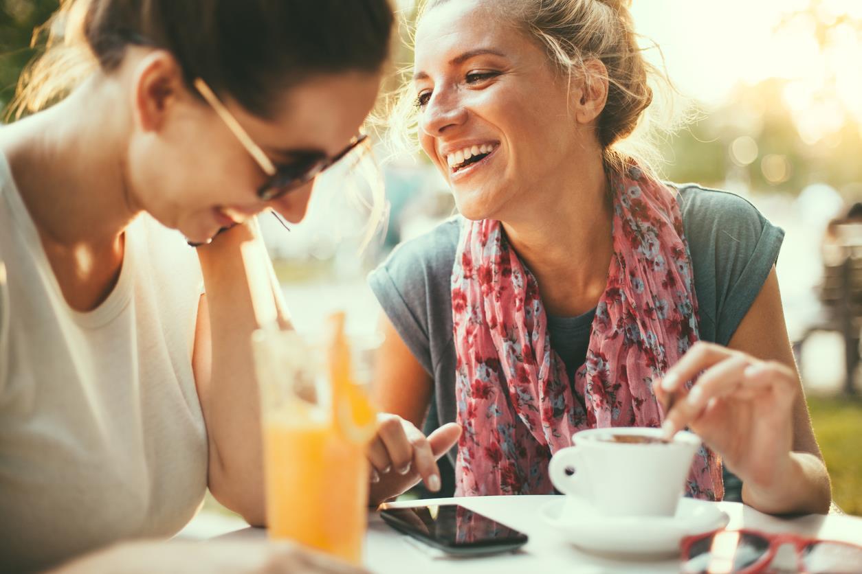 Due amiche parlano mentre fanno colazione