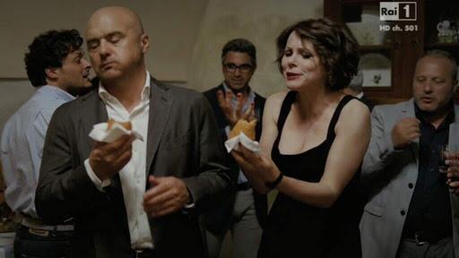 Zingaretti assaggi gli arancini di Montalbano