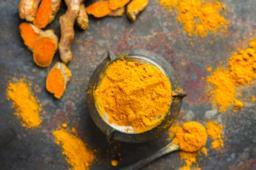 Le proprietà della curcuma: benefici, effetti collaterali e ricette