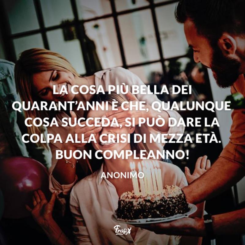 Ragazza riceve una torta di compleanno