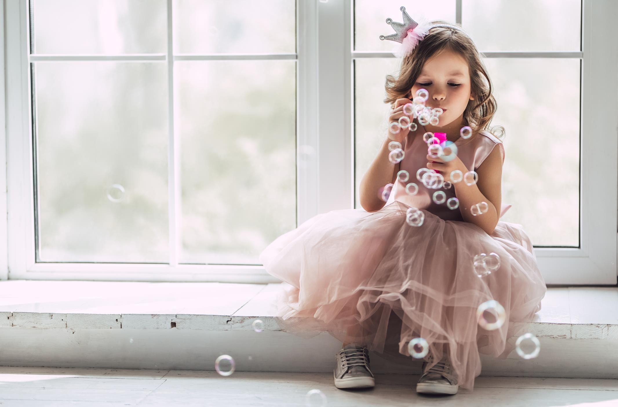 Bambina fa le bolle di sapone