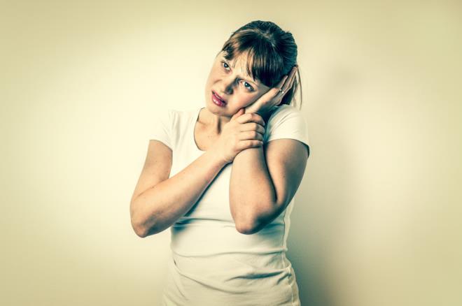 Una donna con mal d'orecchie.