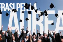 Ragazza con la divisa da laurea